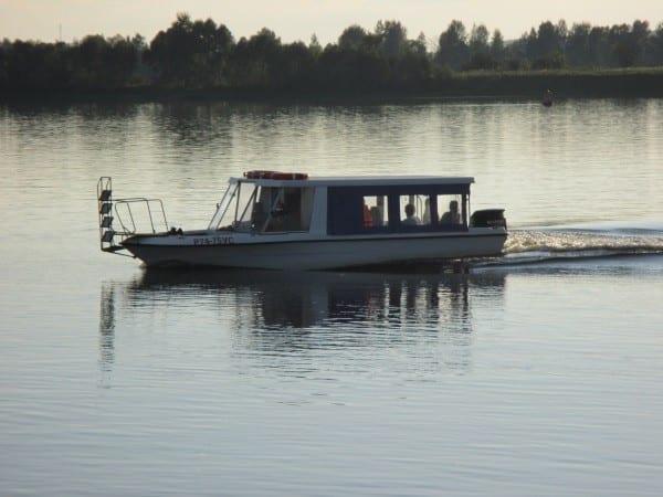 Фото катера, проплывающего по реке Кама