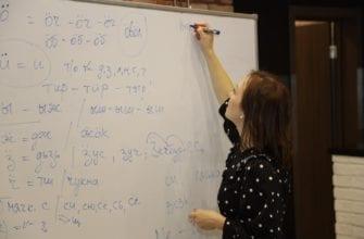 Фото девушка пишет на доске транскрипции удмуртских слов