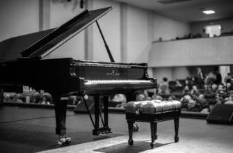 ЧБ фото рояля с пуфиком на сцене удмуртской филармонии