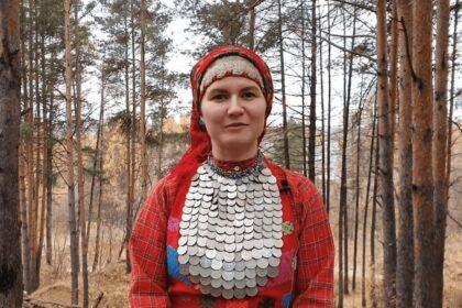 Фото Алина Чернова в удмуртском костюме рассказывает про местные обычаи