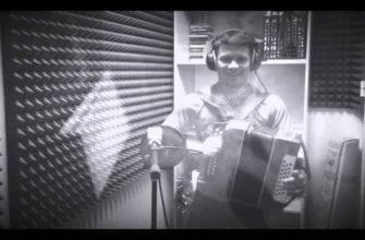 ЧБ фото Влада Андреева в звукозаписывающей студии с гармошкой
