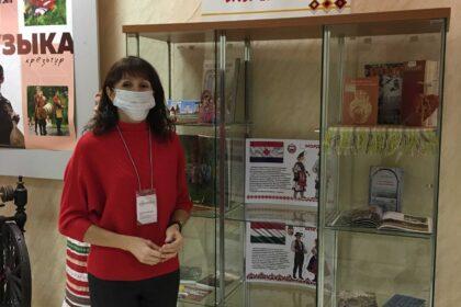 Фото экскурсовод рассказывает про финно-угорскую выставку в Доме Дружбы