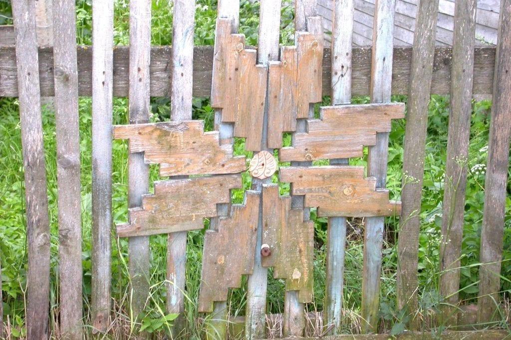 Фото украшения палисадника в селе Всехсвятское с удмуртской звездой толэзё