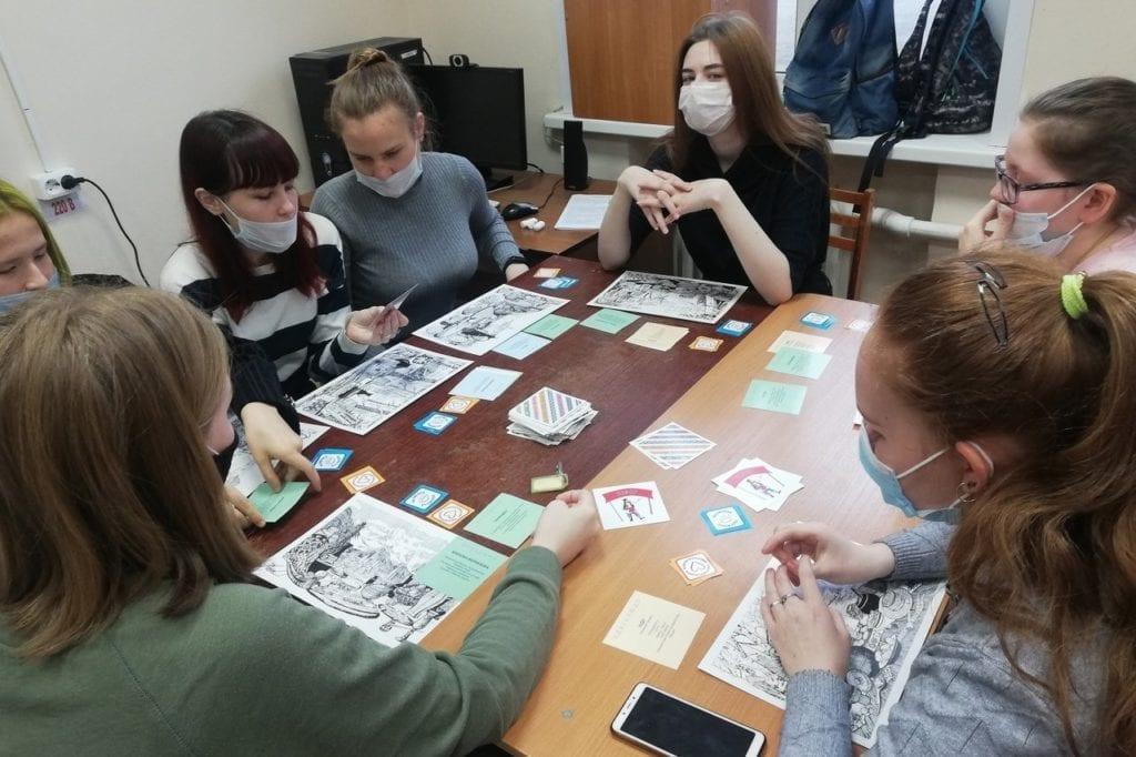 Участница «Молодёжного этнодесанта» проводит этнические мастер-классы для студентов