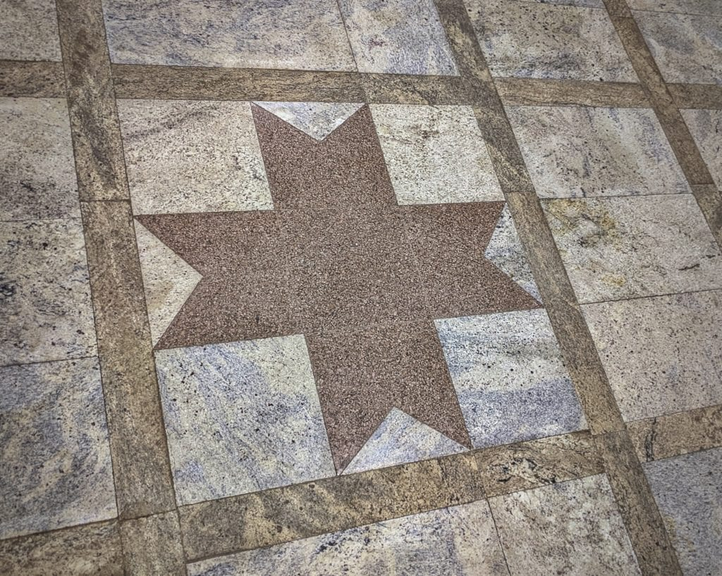 """Фото напольного орнамента с восьмоконечной звездой """"Толэзё"""" в Доме Дружбы народов"""