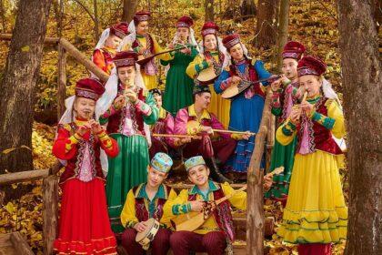 Фото татары играют на традиционных музыкальных инструментах в лесу