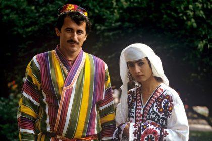 фото мужчины и женщины в народных таджикских костюмах